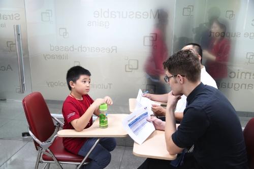 Thí sinh lớn ở cấp độ Young Leaders (11 - 15 tuổi) đòi hỏi độ khó cao hơn - các bạn được cho một chủ đề phù hợp với độ tuổi để trình bày quan điểm cá nhân. Muốn điểm số cao trong phần thi này, thí sinh phải có bản lĩnh, kiến thức và khả năng phản xạ Anh ngữ tốt. Sau vòng chung kết, VUS sẽ chọn ra một quán quân, 3 á quân cho mỗi cấp độ thi.
