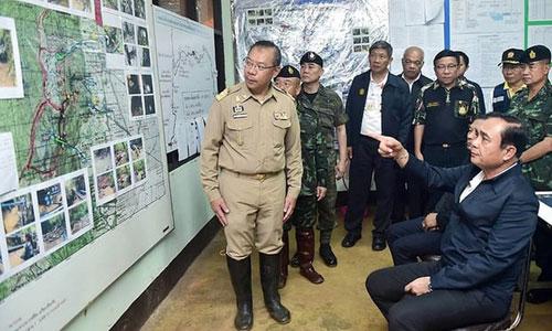 Thủ tướng Prayuth (ngồi, bên phải) nghe báo cáo về chiến dịch giải cứu đội bóng nhí ở hang Tham Luang. Ảnh: BangkokPost.