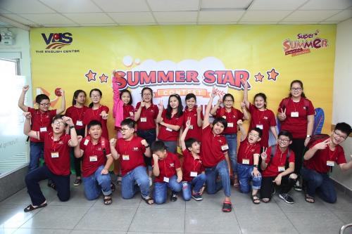 Chương trình hè Super Summer của Anh văn Hội Việt Mỹ VUS triển khai dựa trên phương pháp Học thông qua khám phá - Discovery-based Learning của nhà tâm lý học nổi tiếng người Mỹ Jerome Bruner.