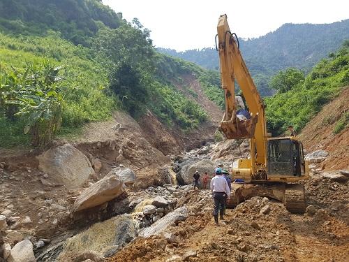 Các con đường trong địa bàn tỉnh Văn Chấn bị hư hại hoàn toàn. Ảnh: Gia Chính