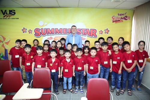 Summer Star Contest được VUS mô phỏng trên cuộc thi Spelling Bee ở Mỹ và Australia nhằm hỗ trợ học viên kỹ năng đọc và viết trong các kỳ thi Starters, Movers, Flyers, KET. Năm nay, cuộc thi mở rộng cho cả hai đối tượng Thiếu nhi (SuperKids) và Thiếu niên (Young Leaders), cách thức và nội dung thi được điều chỉnh phù hợp cho từng độ tuổi và cấp lớp ở từng bảng thi.