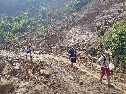 Công nhân đi bộ từ hiện trường vụ sạt lở đá ra trung tâm huyện. Ảnh: Gia Chính
