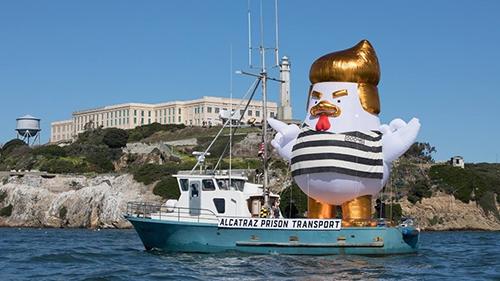 Mô hình gà bơm hơi mô phỏng Tổng thống Trump trên vịnh San Francisco, Mỹ. Ảnh: GoFundME