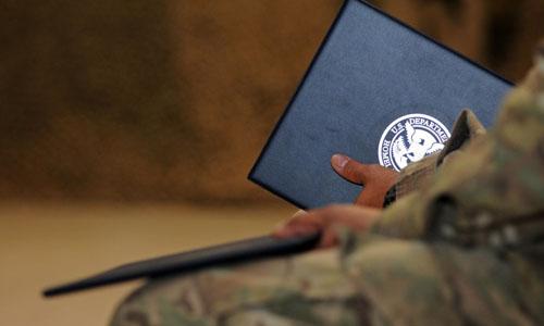 Một binh sĩ cầm giấy chứng nhận do Bộ An ninh Nội địa Mỹ cấp trong buổi lễ nhập tịch tại Afghanistan năm 2012. Ảnh: Army.