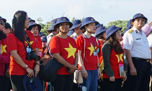 Ngọc Linh Alima (thứ hai, từ trái sang) tại đảo Song Tử Tây, quần đảo Trường Sa của Việt Nam.