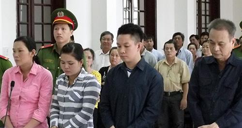 Bị cáo Lê Hữu Rí cùng ba thuộc cấp nghe tuyên án. Ảnh: An Bình
