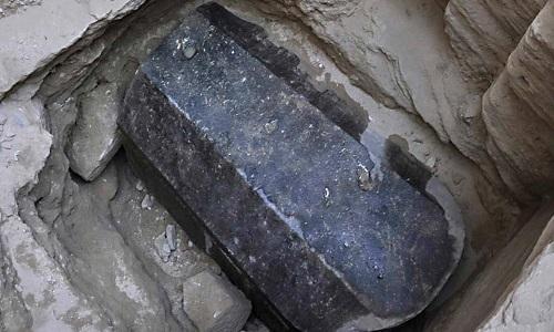 Quan tài đá granite màu đen chứa ba bộ hài cốt và nước cống. Ảnh: Live Science.