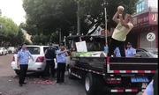 Tiểu thương Trung Quốc đập nát nửa xe dưa hấu khi bị xử phạt