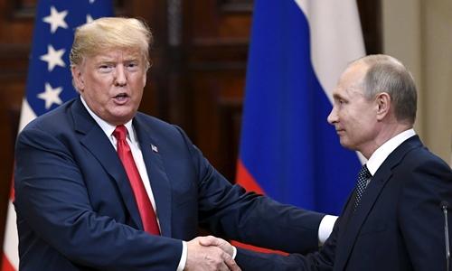 Trump (trái) và Putin bắt tay nhau trong cuộc họp báo chung ở Helsinki ngày 16/7. Ảnh: Reuters.