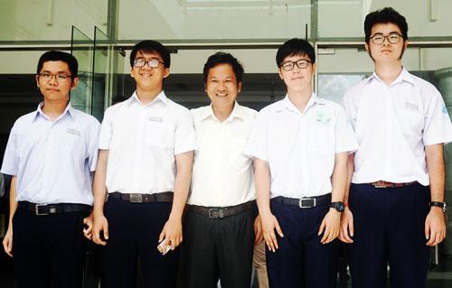 Nguyễn Nguyên (..) cùng thầy giáo và đội tuyển Toán trường Phổ thông Năng khiếu. Ảnh: Nguyễn Mai.