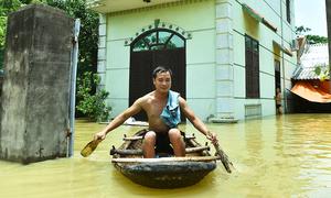 Hơn trăm hộ dân ngoại thành Hà Nội bị cô lập trong biển nước