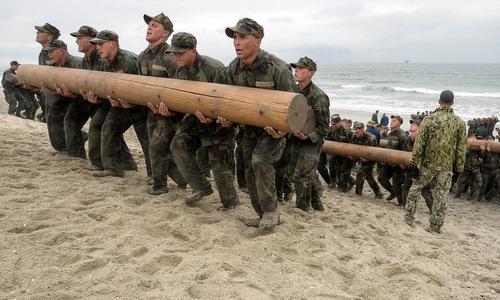 Ứng viên SEAL Team 6 trong bài kiểm tra thể lực. Ảnh: Navy Times.