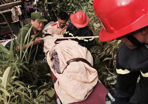 Cảnh sát nỗ lực đưa người bị nạn ra ngoài. Ảnh: A.Đ.