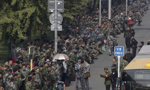 Hàng nghìn cựu binh tụ tập trước trụ sở Quân ủy Trung ương ở Bắc Kinh tháng 10/2016. Ảnh: AP.