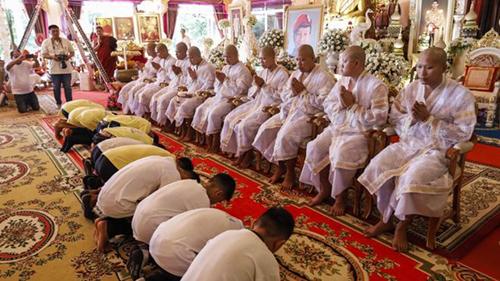 Các thành viên đội bóng nhí Thái Lan tham dự một buổi lễ ở chùa sau khi xuất viện. Ảnh: AFP