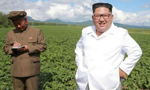 Lãnh đạo Triều Tiên Kim Jong-un (phải) trong chuyến thị sát tại một trang trại. Ảnh: KCNA.