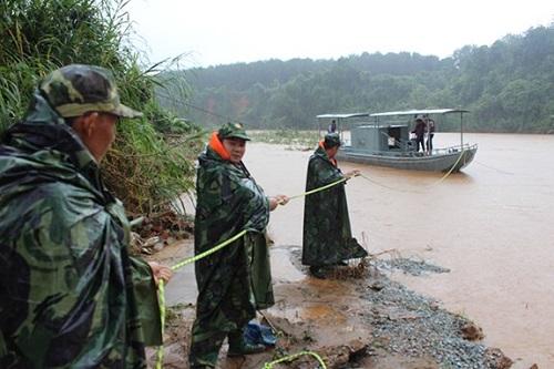 Lực lượng cứu hộ dùng súng bắn dây chuyên dụng đưa thuyền vào bờ an toàn. Ảnh: Báo QĐND.