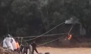 Dùng ròng rọc giải cứu 7 người giữa dòng lũ dữ tại Yên Bái