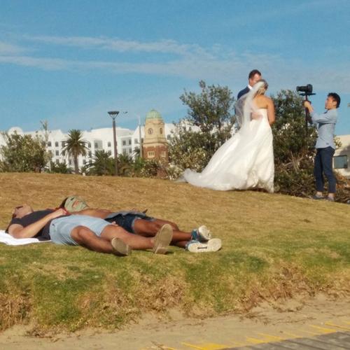 Ai cưới thì mặc kệ.