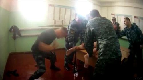 Một cảnh trong video cai ngục nhà tùYaroslavl đánh đập tù nhân. Ảnh:Novaya Gazeta.