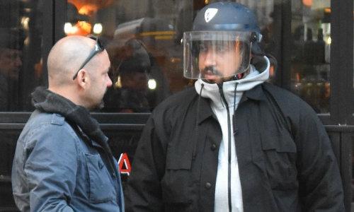 Benalla (phải) đội mũ chống bạo động của cảnh sát trong cuộc biểu tình hôm 1/5. Ảnh: AFP.