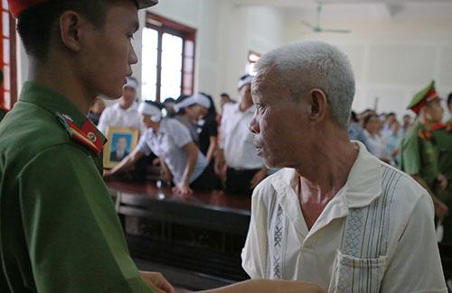 Ông Nguyễn Văn Nhung liếc nhìn người thân sau khi tòa tuyên án. Ảnh: Hải Bình.