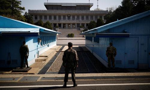 Binh sĩ Hàn Quốc đứng gác tại Panmunjom thuộc Khu Phi quân sự ngăn cách với Triều Tiên. Ảnh: Reuters.