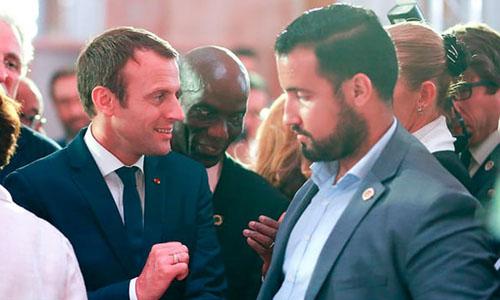 Tổng thống Pháp Emmanuel Macron (trái) trao đổi với vệ sĩ thân cận Alexandre Benalla tháng 6/2017. Ảnh: AFP.