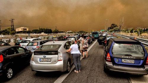 Người dân Hy Lạp cố gắng sơ tán bằng xe ôtô khỏi nơi xảy ra vụ cháy hôm 23/7. Ảnh: AFP.
