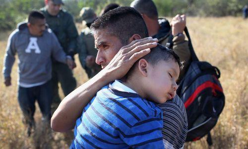 Một gia đình nhập cư trái phép bị bắt tại biên giới Mỹ năm 2017. Ảnh: AFP.