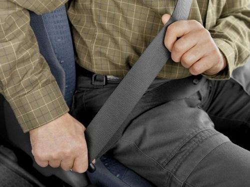Lo sợ nhăn quần áo nhiều người không đeo dây an toàn.