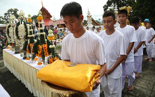 Các thành viên đội bóng dâng lễ vật tại chùa. Ảnh: AP