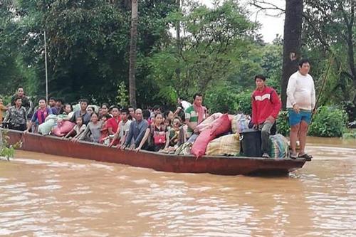Người dân được sơ tán khỏi vùng nước lũ. Ảnh: Attapeu Today