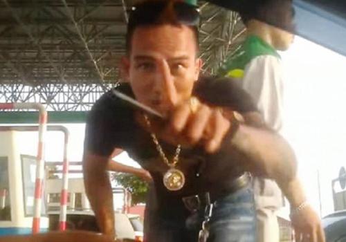 Nam thanh niên hung hãn, chửi bới, có hành vi bất lịch sự tại trạm BOT Mỹ Lộc. Ảnh cắt từ clip.