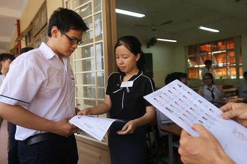 Thí sinh TP HCM làm thủ tục trước khi bước vào phòng thi ngày 25/6. Ảnh: Quỳnh Trần
