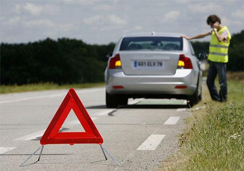 Các tài xế phải có trên xe 3 món đồ bắt buộc: áo phản quang, biển tam giác phản quang và hộp sơ cứu. Ảnh: Kingsdtowing.