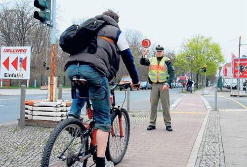 Với người Đức, lượng cồn trong máu khi điều khiển phương tiện giao thông chỉ được phép đến 0,5 mg/ml. Ảnh: Tagesspiegel.