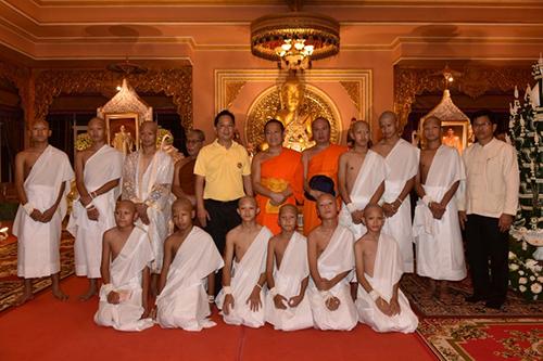 Đội bóng nhí sau khi hoàn thành việc cạo đầu để chuẩn bị vào chùa đi tu. Ảnh: AFP