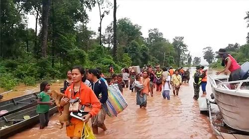 Người dân sơ tán tới chỗ an toàn ở huyện Sanam Xay, tỉnh Attapeu hôm 24/7. Ảnh: Reuters.