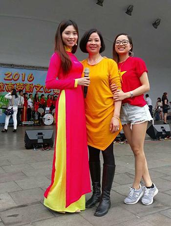 Thu Hằng (ngoài cùng bên trái) cùng mẹ và em gái tại Đài Loan. Ảnh: Facebook