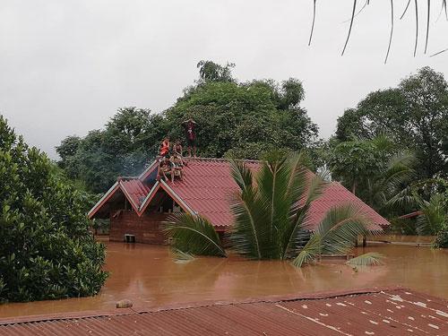 Nước lũ ngập gần tới nóc nhà sau sự cố vỡ đập Xe Pian - Xe Namnoy. Ảnh: Attapeu Today.