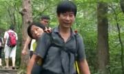 Người chồng cõng vợ ốm yếu đi khắp Trung Quốc