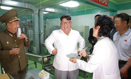 Lãnh đạo Triều Tiên Kim Jong-un thị sát nhà máy 525 trong bức ảnh được KCNA công bố hôm 24/7. Ảnh: KCNA.
