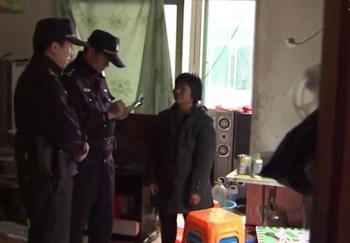 Cảnh sát lấy lời khai của bà nội Tiểu Lượng.