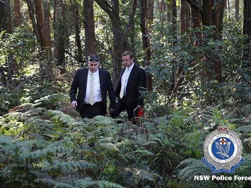 Các thám tử Australia tham gia tìm kiếm thi thể của ông Nguyen hôm qua. Ảnh: NSW Police