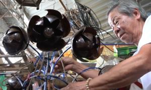 Ông lão chế tạo gáo dừa thành đồ mỹ nghệ ở Nha Trang