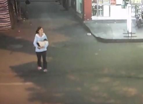 Hình ảnh người phụ nữ bế bé trai được ghi lại qua camera.