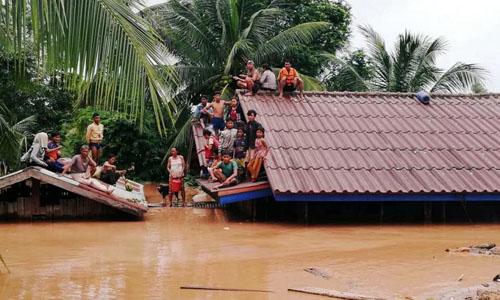 Người dân ngồi trên mái nhà sau sự cố vỡ đập thủy điện Xe Pian-Xe Namnoy tại tỉnh Attapeu, đông nam Lào. Ảnh: ABC Laos News.