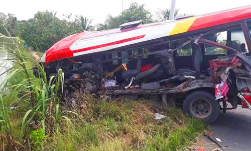 Ô tô khách lao xuống ruộng sau tai nạn. Ảnh: Trung Nguyên