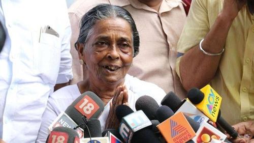 Bà Prabhavathi Amma chia sẻ với báo chí sau phán quyết của tòa án hôm 25/7. Ảnh: BBC.